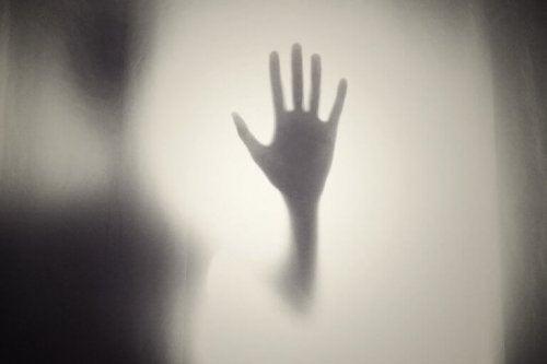main sur une vitre