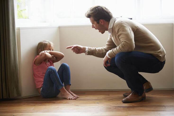 père punissant sa fille
