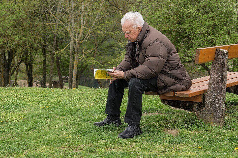 personne âgée qui lit