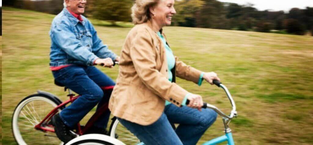 couple riant à vélo