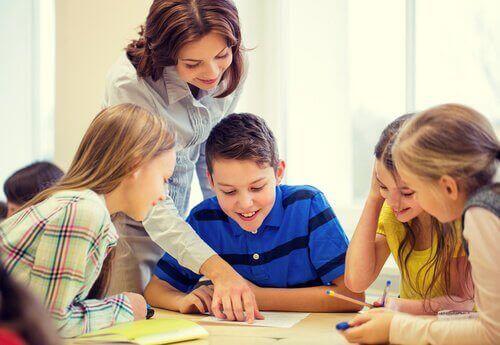 professeur heureuse avec ses élèves