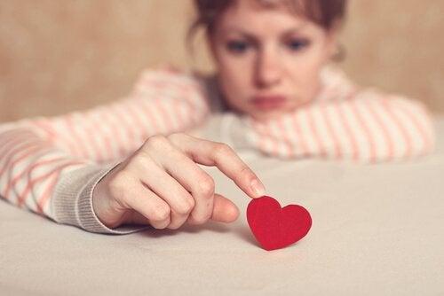 Femme triste touchant un coeur représentant des esprits magnétiques
