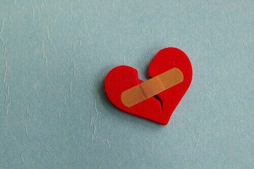 coeur brisé recollé avec un pansement