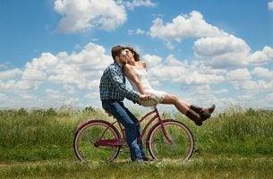 couple sur une bicyclette