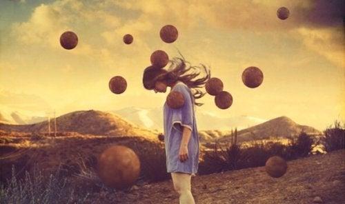 femme entourée de boules suspendues en l'air