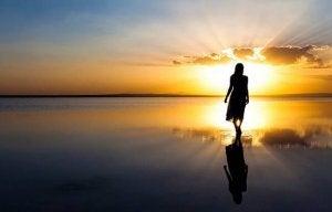 femme avançant vers l'horizon