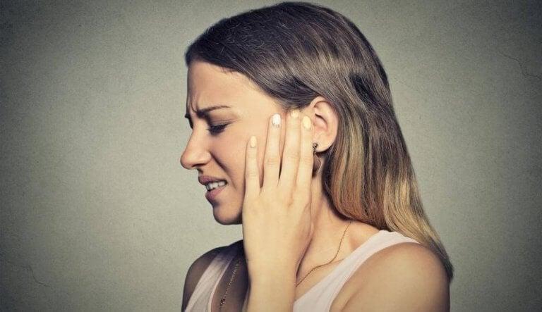 femme ayant mal aux oreilles