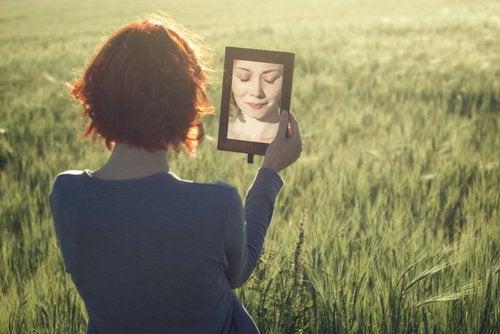 femme dans un miroir