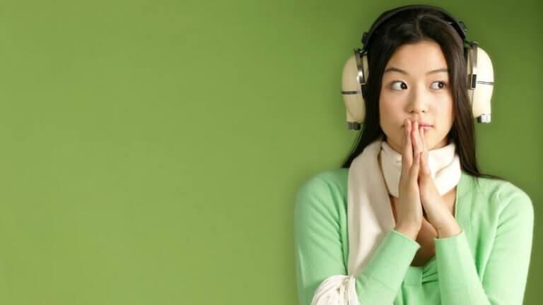 femme écoutant la musique dans un casque