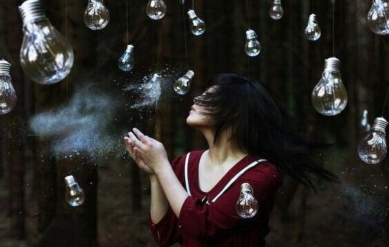 femme entourée d'ampoules