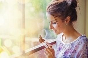 femme et papillon