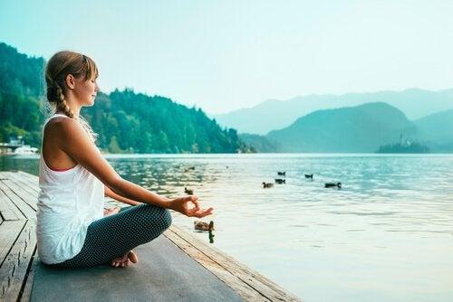 femme pratiquant le mindfulness
