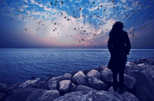 femme qui regarde la mer
