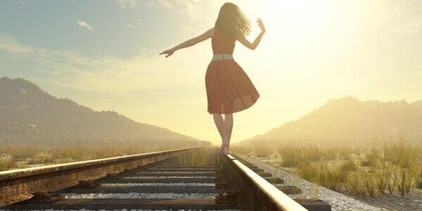 Femme qui marche sur la voie ferrée