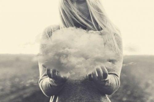 femme qui tient un nuage