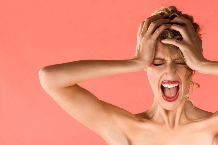 femme ayant des maux de tête à cause de la misophonie