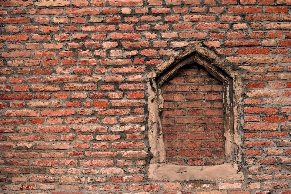 fenêtre cassée bouchee par des briques