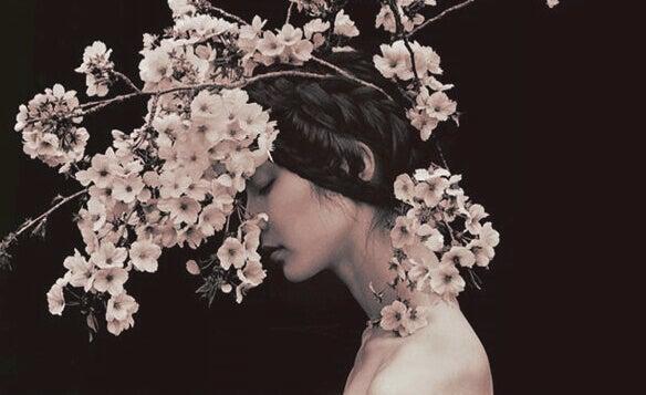 femme avec des fleurs sur la tête