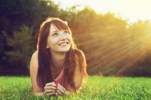 jeune femme heureuse