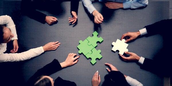 groupe faisant un puzzle