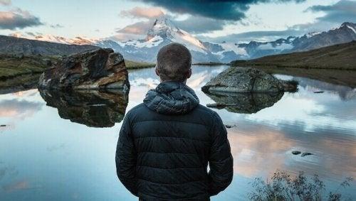 homme devant un lac
