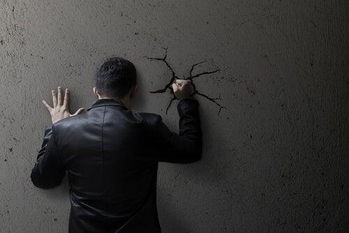 Comment la morale sociale peut-elle contribuer à normaliser la violence ?