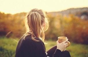 jeune femme et tasse de thé