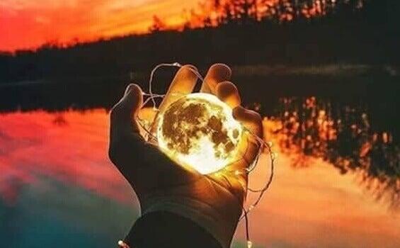 lune dans une main