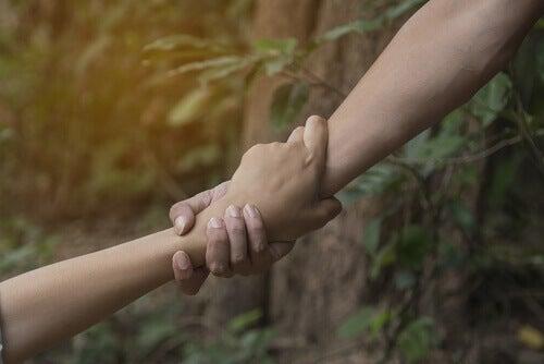 main aidant une autre