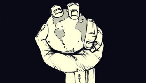 main qui serre une planète