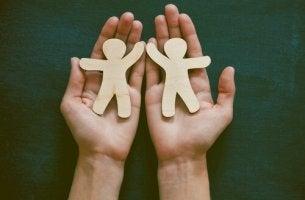 mains avec personnages