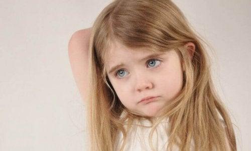 trouble réactionnel de l'attachement d'une petite fille