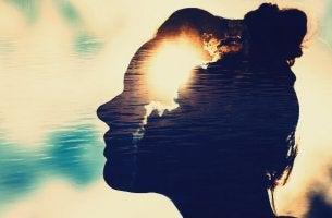 profil feminin superpose d'eau