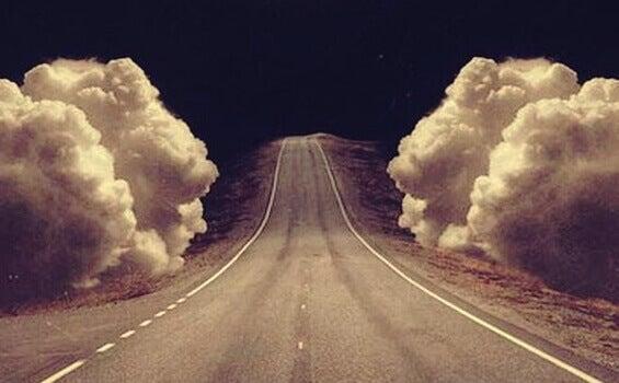 route cernée de nuages