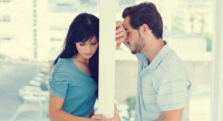 Couple séparé par un mur