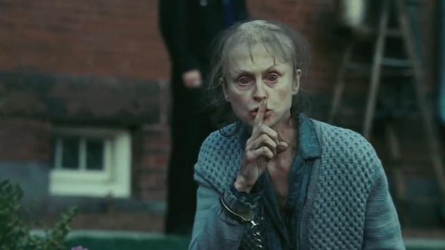 Femme avec un doigt sur sa bouche