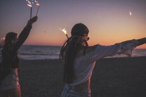 adolescentes faisant la fête sur la plage
