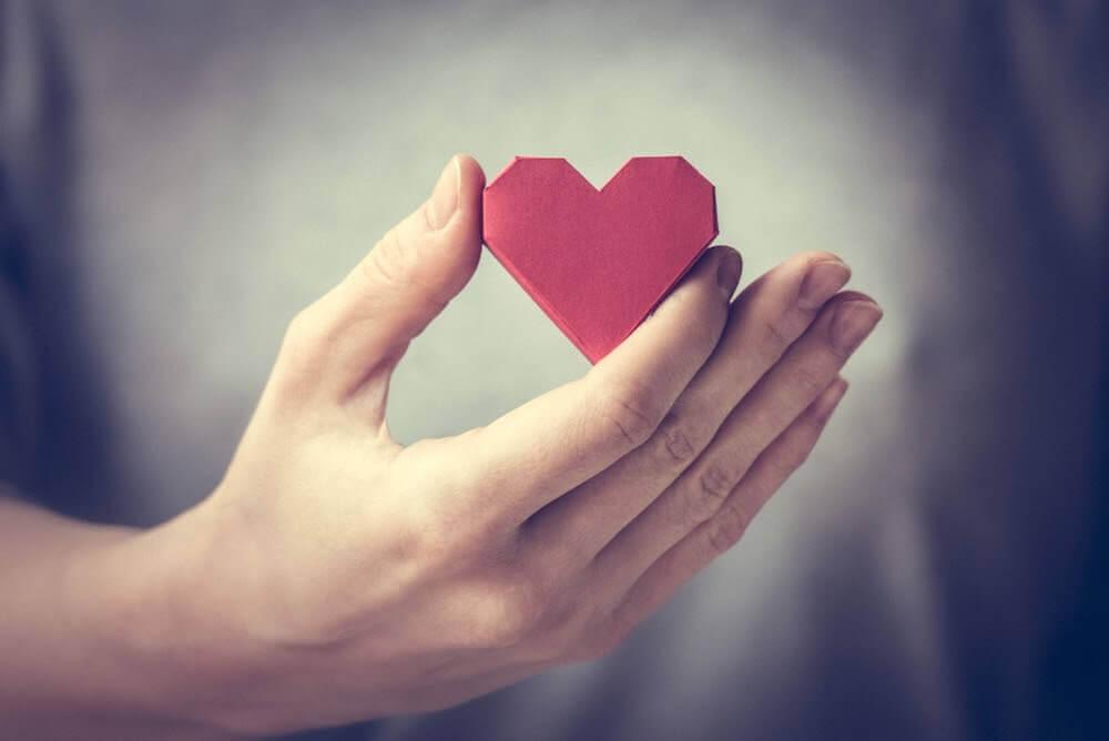 personne tenant un coeur