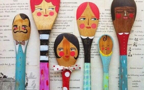 Cuillères avec des visages peints représentant une famille
