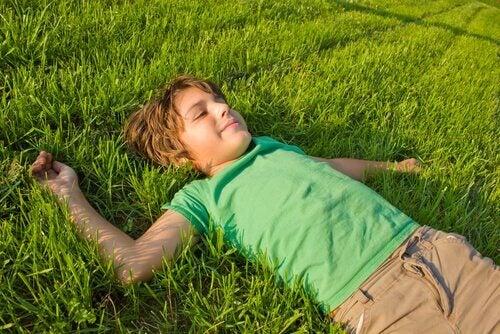 enfant allongé dans l'herbe