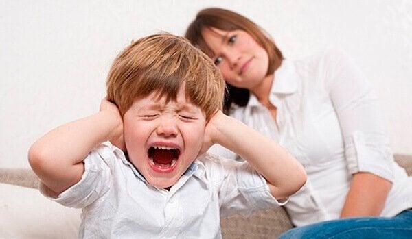 enfant faisant une crise de nerfs