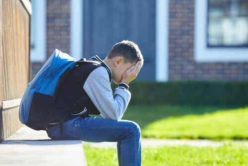 Quelle relation existe-t-il entre le rejet de l'école et l'anxiété scolaire ?
