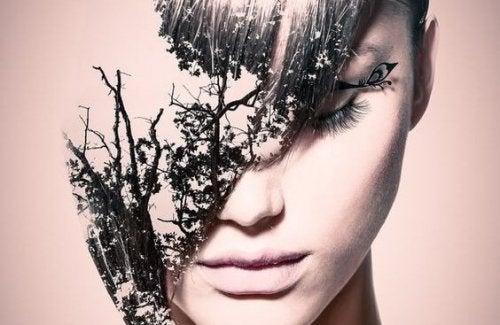 femme avec des feuilles