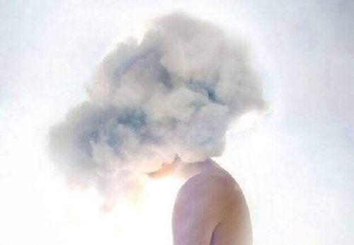femme avec des nuages