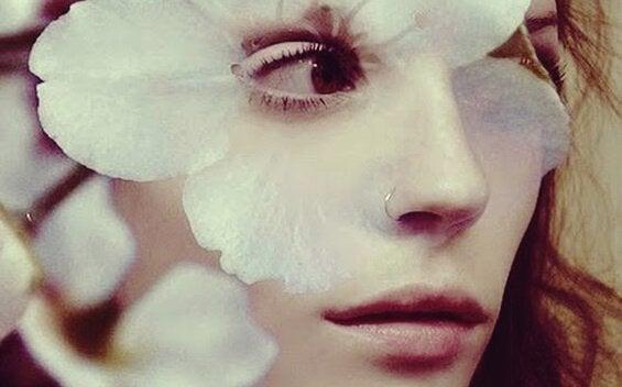 femme avec fleur sur le visage