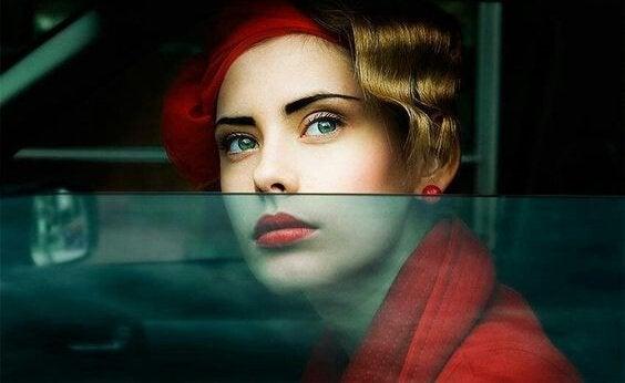 femme regardant par la fenêtre d'une voiture