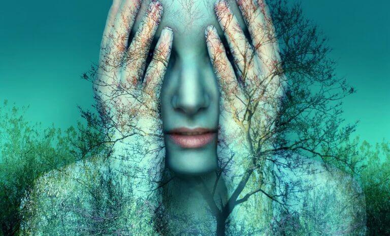 femme tenant sa tête dans ses mains