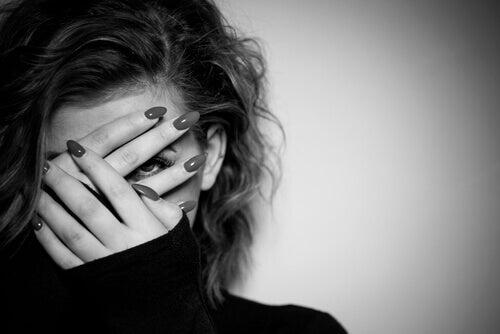 femme cachant son visage avec ses mains