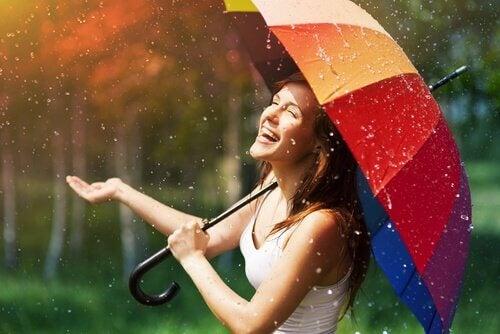 femme heureuse sous la pluie