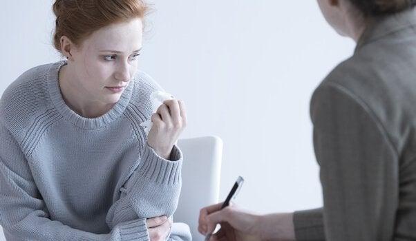 femme triste en consultation psychologique